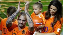Pemain Belanda, Wesley Sneijder, menyapa suporter usai menjalani laga terakhir bersama timnas Belanda di Stadion Johan Cruijff, Amsterdam, Kamis (6/9/2018). Sneijder telah mencatatkan 134 penampilan dan menyumbang 31 gol. (AP/Peter Dejong)