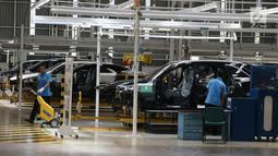 Suasana pabrik mobil Mercedes Benz di Wanaherang, Gunung Putri, Bogor, Selasa (11/12). Mercededes-Benz C-Class generasi terbaru kini resmi masuk jalur produksi pabrik Mercedes-Benz di Wanaherang, Bogor. (Liputan6.com/Herman Zakharia)