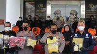 Polisi mengamankan 9 orang tersangka kasus tembakau sintesis di tiga tempat. (Liputan6.com/Pramita Tristiawati)