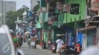Aktivitas warga di Kawasan Kali Jodoh, Jakarta, Selasa (16/2). Pemerintah DKI Jakarta rencananya akan merelokasi kawasan kalijodo. (Liputan6.com/Gempur M Surya)