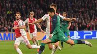 Penyerang Spurs, Son Heung-Min pada leg kedua semifinal Liga Champions yang berlangsung di Stadion Amsterdam Arena, Amsterdam, Kamis (9/5). Spurs menang 3-2 atas Ajax. (AFP/Emmanuel Dunand)