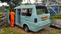 Sebuah angkot yang membawa rombongan wisatawan terbalik di Tol Jagorawi (Liputan6.com/Achmad Sudarno)