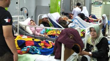 Pasien korban keracunan sedang menjalani perawatan medis di RSUD Leuwiliang, Bogor, Jawa Barat. (Liputan6.com/Achmad Sudarno)