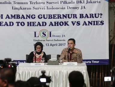Pembicara Adrian Sopa didampingi moderator Fitri Hari memberikan keterangan saat merilis hasil riset dari Lingkaran Survei Indonesia (LSI) terkait Pilkada DKI Jakarta 2017 di Jakarta, Kamis (13/4). (Liputan6.com/Faizal Fanani)