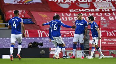 Pemain Everton Richarlison (kedua kanan) melakukan selebrasi usai mencetak gol ke gawang Liverpool pada pertandingan Liga Inggris di Anfield, Liverpool, Inggris, Sabtu (20/2/2021). Liverpool kalah 0-2. (Lawrence Griffiths/ Pool via AP)