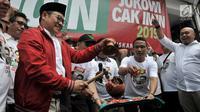 Ketua Umum Partai Kebangkitan Bangsa (PKB) Muhaimin Iskandar memecahkan kendi saat secara simbolis meresmikan Relawan JOIN di Jakarta, Selasa (10/4). JOIN sendiri merupakan akronim dari Jokowi dan Muhaimin. (Merdeka.com/Iqbal S Nugroho)