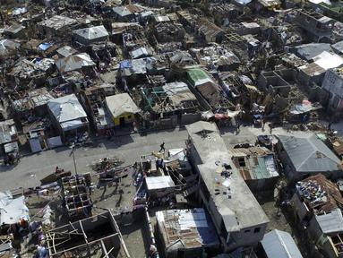 Pemandangan sebuah perkampungan yang porak-poranda setelah dihantam badai Matthew di wilayah Port-au-Prince, Haiti, Senin (10/10). Pemandangan ini diambil dari kota Jeremie yang terletak 188km sebelah barat Port-au-Prince. (AFP Photo/Nicolas Garcia)