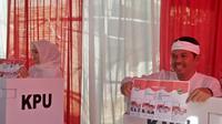 Cawagub Jabar nomor urut 4 , Dedi Mulyadi menggunakan hak suaranya dalam Pilkada Jabar 2018. (Liputan6.com/Abramena)