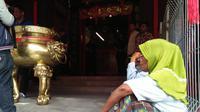 Mereka berharap belas kasih para pengunjung klenteng yang mayoritas masyarakat Thionghoa yang ingin melakukan ibadah jelang imlek.
