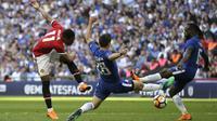 Penyerang Manchester United, Anthony Martial, melepaskan tendangan ke gawang Chelsea pada laga final Piala FA 2017-2018 di Stadion Wembley, Sabtu (19/5/2018). Chelsea menang 1-0 atas Manchester United. (AP/Tim Ireland)