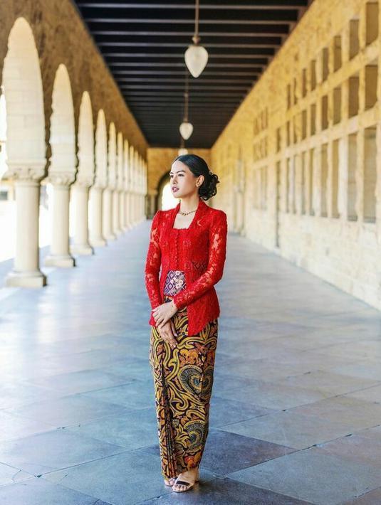 Di hari kelulusannya dari Standford University, Maudy Ayunda kenakan kebaya kutubaru klasik dengan angkin merah marun bersama batik tulis halus rancangan desainer Didiet Maulana. Artis multitalenta ini melengkapi penampilannya dengan kalung dan hiasan rambut warna kuno. (FOTO: Instagram/maudyayunda)