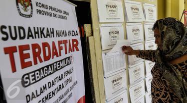 Seorang warga melihat Daftar Pemilih Sementara (DPS) Pemilihan Gubernur dan Wakil Gubernur DKI Jakarta Tahun 2017 di Kantor Kelurahan Kebon Sirih, Jakarta Pusat, Rabu (16/11). (Liputan6.com/Faizal Fanani)
