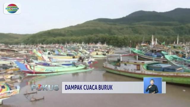 Cuaca buruk yang berdampak pada tingginya gelombang membuat nelayan di Jember, Jawa Timur, tidak berani melaut. Akibatnya harga ikan meroket hingga dua kali lipat.