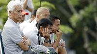 Pelatih Indonesia U-22, Indra Sjafri, mengamati anak asuhnya saat latihan di Lapangan ABC, Senayan, Jakarta, Sabtu (12/1). Pada hari keenam pemusatan latihan, Indra Sjafri menggelar game internal untuk menyaring para pemain. (Bola.com/M Iqbal Ichsan)