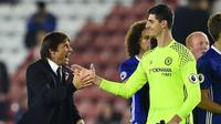 Penjaga gawang Chelsea Thibaut Courtois (kanan) dan manajer Antonio Conte (kiri). (AFP/Glyn Kirk)