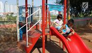 Anak-anak bermain dengan fasilitas permainan yang tersedia di kawasan Tanah Abang, Jakarta, Selasa (23/7/2019). Pada peringatan Hari Anak Nasional yang jatuh 23 Juli, masih banyak anak-anak Indonesia yang belum dapat memiliki ruang bermain layak. (Liputan6.com/Immanuel Antonius)