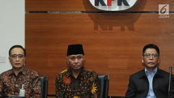 Kepala Badan Pengawas Mahkamah Agung (MA) Sunarto (kiri), Pimpinan KPK, Agus Rahardjo (tengah) dan Kepala Biro Hukum dan Humas Mahkamah Agung (MA) Abdullah (kanan) memberikan keterangan terkait OTT di KPK, Jakarta, Rabu (29/8). (merdeka.com/Dwi Narwoko)