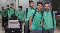 Pemain Timnas Indonesia U-19, Nurhidayat Haris dan Saddil Ramdani, tiba di Bandara Soetta, Tangerang, Rabu (20/9/2017). Timnas U-19 kembali ke tanah air setelah berhasil meraih peringkat ketiga Piala AFF U-18. (Bola.com/Vitalis Yogi Trisna)