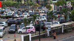 Sejumlah kendaraan parkir di pusat perbelanjaan di Jakarta, Kamis (10/1). Guna mengatasi kemacetan di Jabodetabek, Gubernur DKI  Jakarta Anies Baswedan berencana membangun beberapa lahan parkir di luar Jakarta. (Liputan6.com/Immanuel Antonius)