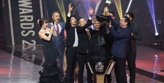 Di ajang penghargaan Indonesia Box Office Movie Awards 2017, film Cek Toko Sebelah menang sebagai Film Box Office Terbaik. Selain itu, menang dalam kategori Poster terbaik dan Penulis Skenario Terbaik oleh Ernest Prakasa. (Deki Prayoga/Bintang.com)