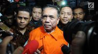 Gubernur Aceh, Irwandi Yusuf mengenakan rompi tahanan oranye seusai menjalani pemeriksaan di gedung KPK, Jakarta, Kamis (5/7). KPK resmi menahan Irwandi Yusuf setelah ditetapkan sebagai tersangka kasus suap ijon proyek di Aceh. (Merdeka.com/Dwi Narwoko)