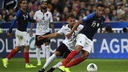 Gelandang Prancis, Corentin Tolisso, berusaha melewati gelandang Albania, Amir Abrashi, pada laga Kualifikasi Piala Eropa 2020 di Stade de France, Paris, Sabtu (7/9). Prancis menang 4-1 atas Albania. (AFP/Lionel Bonaventure)
