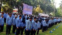 Upacara tahunan ini diikuti para guru dan kepala sekolah, pelajar dari jenjang SD sampai SMA, hingga PNS dari berbagai golongan dan unit di Kemendikbud, Jakarta, Senin (25/11/2014). (Liputan6.com/Johan Tallo)