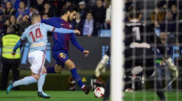 Pemain Barcelona, Andre Gomes berebut bola dengan pemain Celta Vigo, Lobotka pada pertandingan leg pertama babak 16 besar Copa del Rey di Stadion Balaidos, Kamis (4/1). Barcelona harus puas bermain imbang  dengan skor 1-1. (AP/Lalo R. Villar)
