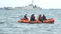 Anggota Tim SAR Gabungan saat melakukan pencarian korban dan puing  pesawat Sriwijaya Air SJ 182 di perairan Kepulauan Seribu, Jakarta, Senin  (11/1/2021). Hari ketiga pencarian tim masih berfokus pada penyelaman untuk menemnukan korban maupun serpihan pesawat. (merdeka.com/Arie Basuki)