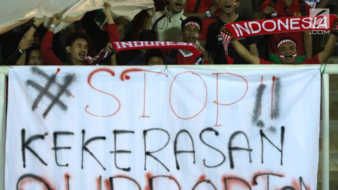 the latest f0849 38822 Spanduk keprihatinan terbentang di hadapan suporter yang menyaksikan laga  Indonesia U-19 melawan China U