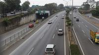 Sejumlah kendaraan melintas di ruas tol lingkar luar di Jakarta, Minggu (26/8). Implementasi penyeragaman tarif tol lingkar luar Jakarta atau Jakarta Outer Ring Road (JORR) mundur dari bulan ini menjadi September. (Liputan6.com/Immanuel Antonius)