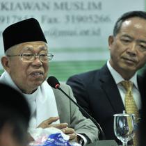 Ketum MUI KH Ma'ruf Amin (kiri) memberi sambutan terkait bantuan Taipei Economic and Trade Office (TETO), Jakarta, Selasa (9/10). TETO menyerahkan bantuan USD 500 ribu atau sekitar Rp 7,6 miliar untuk korban bencana Sulteng. (Merdeka.com/Iqbal Nugroho)