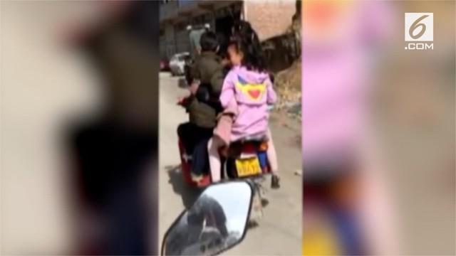 Beredar video seorang pria mengendarai motornya dengan membonceng enam anak.