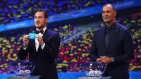 Legenda AS Roma, Francesco Totti (kiri) ambil bagian dalam drawing Piala Eropa 2020. (Foto: UEFA)