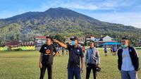 Tim pelatih dan manajemen PSG Pati saat mencari bibit pemain di wilayah Maluku Utara. (Dok PSG Pati)