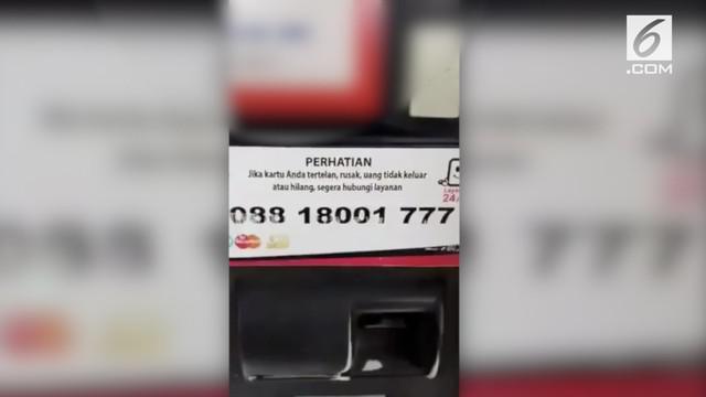 Seorang pria mengungkap modus penipuan kartu ATM tertelan. Dimana korbannya diminta untuk memberikan pin ketika menghubungi call center yang tertera di mesin ATM.