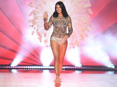 Adriana Lima melambai ke penonton saat ia berjalan di atas catwalk selama Victoria's Secret Fashion Show 2018 di Pier 94 di New York (8/11). Ini merupakan penampilan terakhir Model cantik asal Brasil bersama Victoria's Secret. (AP Photo/Evan Agostini)