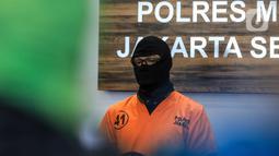 Aktor berinisial DS atau Dwi Sasono saat dirilis terkait kasus kepemilikan narkoba di Polres Metro Jakarta Selatan, Senin (1/6/2020). Dalam penggeledahan, polisi berbasil menemukan barang bukti ganja seberat 16 gram.  (Liputan6.com/Faizal Fanani)