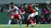 Gelandang Indonesia U-23, Septian David Maulana (kanan) berebut bola dengan bek Bahrain, Sayed Mohamed Shubbar pada laga PSSI Anniversary 2018 di Stadion Pakansari, Kab Bogor, Jumat (27/4). Indonesia kalah 0-1. (Liputan6.com/Helmi Fithriansyah)