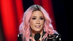 Halsey sebagai pemenang dalam kategori Fangirls Awards iHeartRadio Music Awards 2019 pada 15 Maret yang lalu. Dengan rambut bewarna merah jambunya dan baju hitam dengan corak bibir, Halsey nampak gembira memenangkan penghargaan tersebut. (Kapanlagi/AFP)