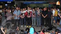 Gita Wirjawan (Ketua PBSI) memberikan keterangan kepada para jurnalis usai menyambut kedatangan tim bulutangkis Indonesia (Liputan6.com/ Helmi Fithriansyah)