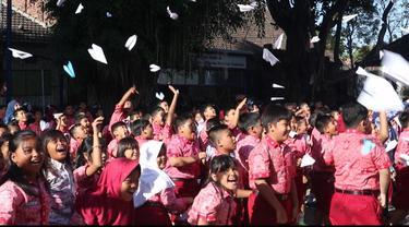 Perasaan duka diluapkan ratusan siswa SDN Mangkujayan 1 Ponorogo dengan membuat 1.000 pesawat kertas berisi pesan untuk eyang BJ Habibie. (Liputan6.com/ Dian Kurniawan)