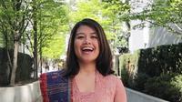 Nay Simie, YouTuber asal Indonesia pakai kebaya di tengah kota Vancouver, Kanada, di momen Hari Kartini. (dok. Instagram @naysimie/https://www.instagram.com/p/BweQHhpApqQ/)