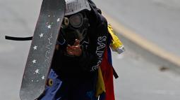 Seorang demonstran mengenakan skateboard-nya untuk tampeng saat bentrokan dengan pasukan keamanan menuntut Presiden Venezuela, Nicolas Maduro mundur di Caracas, Venezuela, (10/7). (AP Photo / Ariana Cubillos)