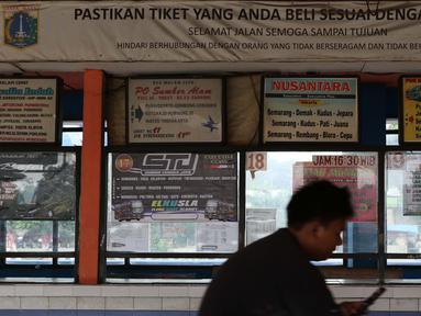 Seseorang melihat ponselnya saat berada di area ruang tunggu keberangkatan Terminal Kampung Rambutan, Jakarta, Sabtu (25/4/2020). Untuk mencegah dan memutus mata rantai penularan virus Covid-19, pemerintah resmi melarang aktivitas mudik pada Jumat (24/4) lalu. (Liputan6.com/Helmi Fithriansyah)