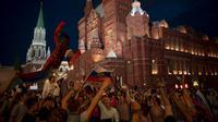 Suporter Rusia berpesta merayakan keberhasilan negaranya mengalahkan Spanyol pada laga 16 besar Piala Dunia di Moskow, Minggu (1/7/2018). Rusia untuk pertama kalinya lolos ke babak perempatfinal. (AFP/Victor Caivano)