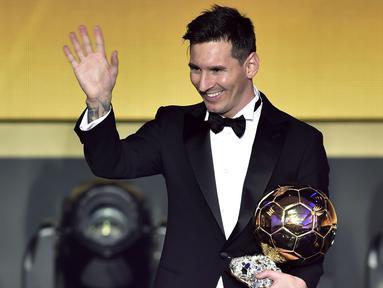Lionel Messi saat menerima Penghargaan Ballo d'Or 2015 di Zurich, Selasa (12/1/2016) dini hari WIB. Messi meraih Ballon d'Or terbanyak yaitu lima penghargaan. (AFP Photo/Fabrice Coffrini)