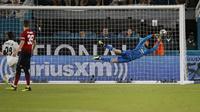 Kiper Manchester United, David De Gea, berusaha menangkap bola saat melawan Real Madrid pada laga ICC 2018 di Miami Gardens, Rabu (1/8/2018). Manchester United menang 2-1 atas Real Madrid. (AP/Brynn Anderson)