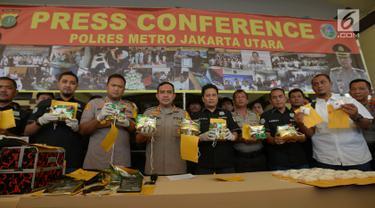 Kapolres Metro Jakarta Utara, Kombes Budhi Herdi Susanto (keempat kiri) memperlihatkan barang bukti dalam rilis kasus narkotika jenis sabu di Jakarta, Selasa (6/8/2019). Polisi mengamankan tersangka berinisial DA dengan total barang bukti 10 kg sabu dan sebuah mobil. (merdeka.com/Imam Buhori)