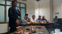 Kepala BPCB Jawa Timur mengimbau warga Sekarpuro, Malang, waspada modus pemalsuan benda peninggalan Majapahit (Liputan6.com/Zainul Arifin)